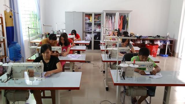 Mit den von den Spendengeldern angeschafften acht Nähmaschinen bekommen die Jugendlichen im Heim eine Ausbildung und damit eine Chance auf einen gut bezahlten (!) Job.