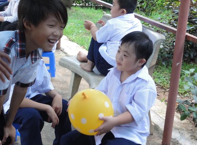 Besuch it den kleinen und den behinderten Kindern auf einem Spielplatz